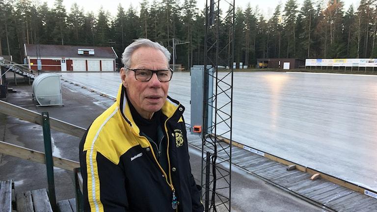 Owe Svensson står framför isen i Åby