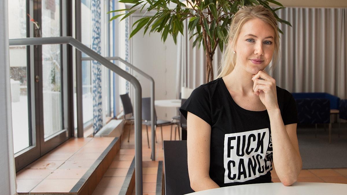 """Olivia Adilson har en t-shirt med texten """"Fuck cancer""""."""