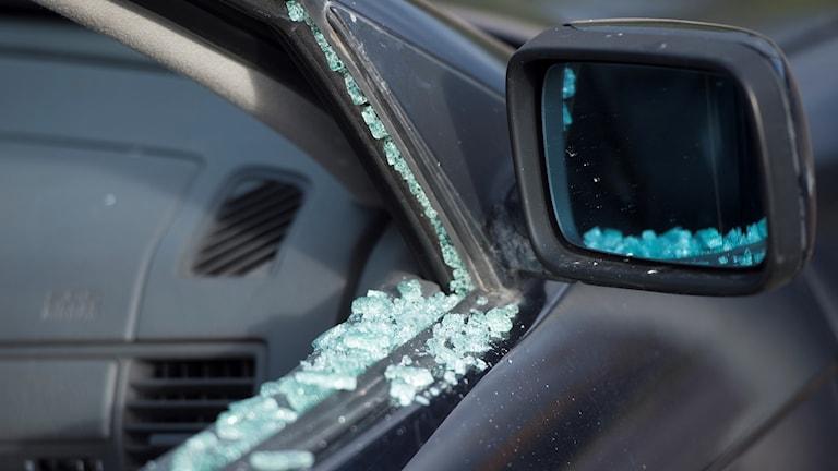 En bil utsatt för vandalisering och inbrott har fått sidorutorna inslagna.