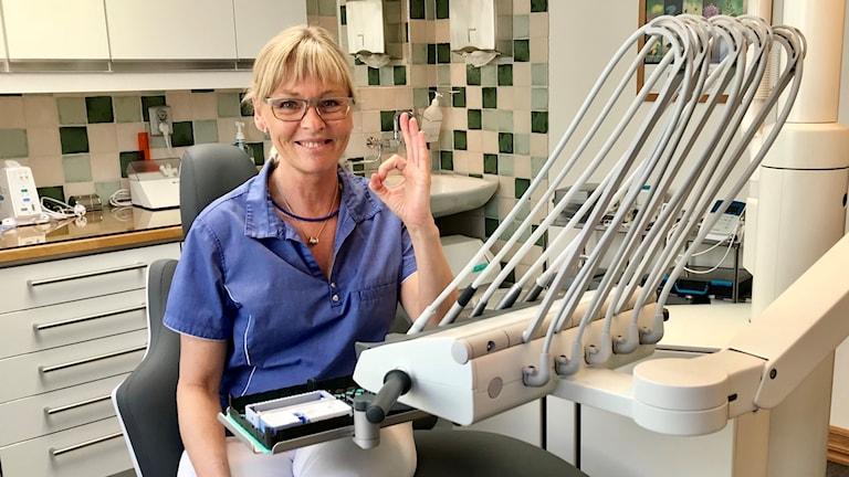 Tandläkaren Maria Wennerholm i en tandläkarstol.