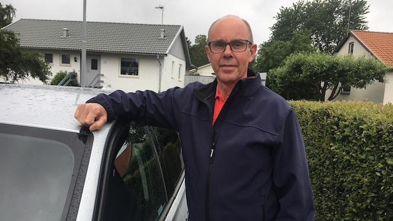 Jan Erik Larsson fick vindrutan förstörd - riktar kritik mot trafikverket