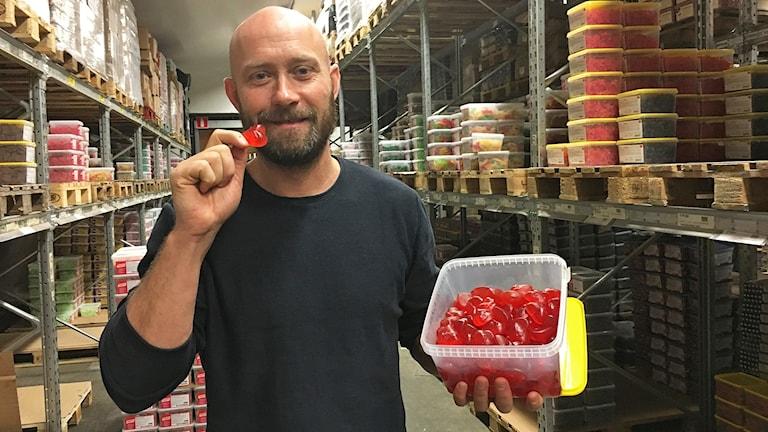 En man håller upp godis