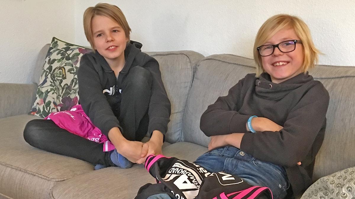 Bröderna Lycke och Viggo Engelholm sitter i en soffa med var sin t-shirt från innebandyidolen Alexander Galante Carlström.