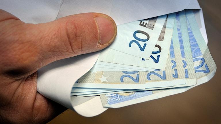 Eurosedlar i ett kuvert