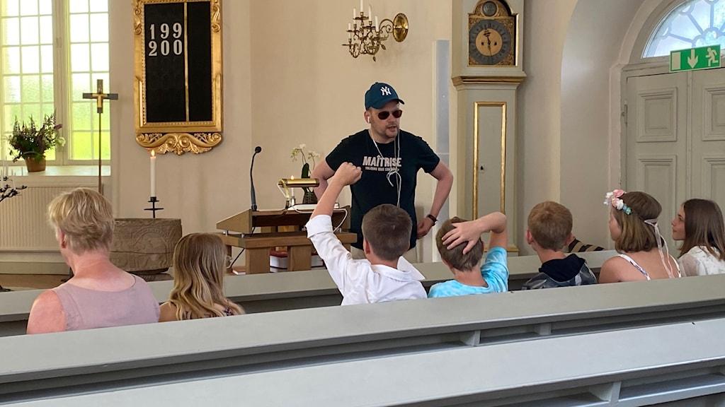 Prästen Daniel Sjö skämtade lite grann idag