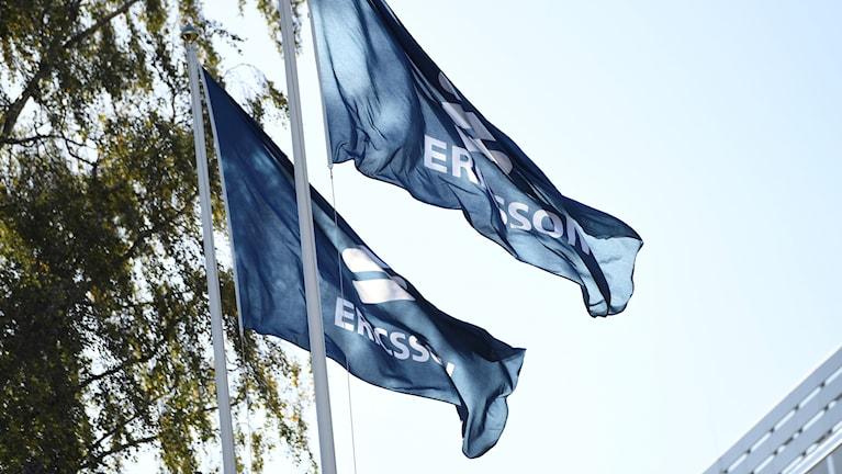 två ericssonflaggor vajar i vinden