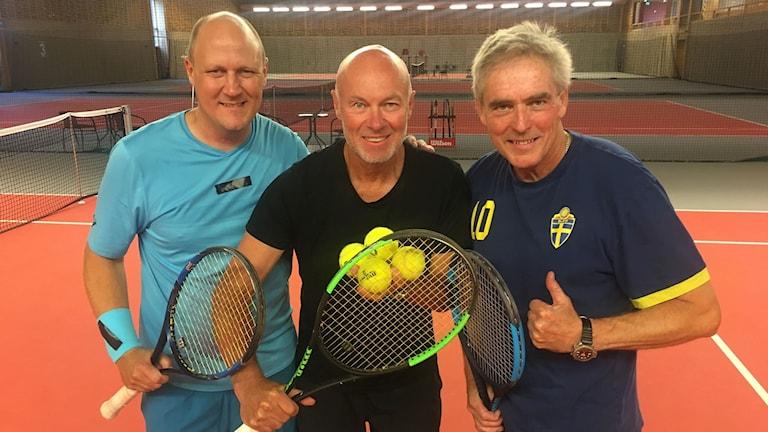 Johan Svensson Janne Gunnarsson Håkan Davidsson står med tennisrack i en tennishall.