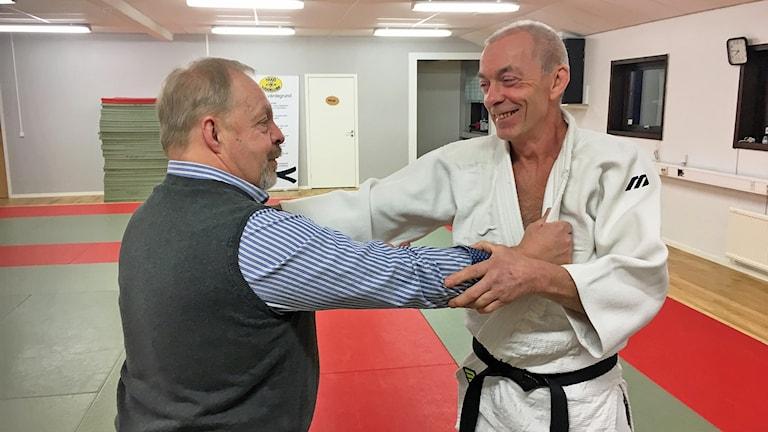 Peder Horn och Göran Karlsson från Växjö Judoklubb står i ett judogrepp