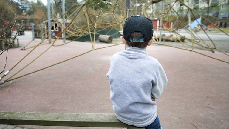 ensamt barn på skolgård
