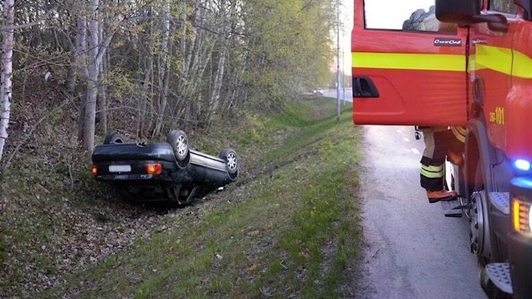 Bil i dike på Teleborgsvägen i Växjö.