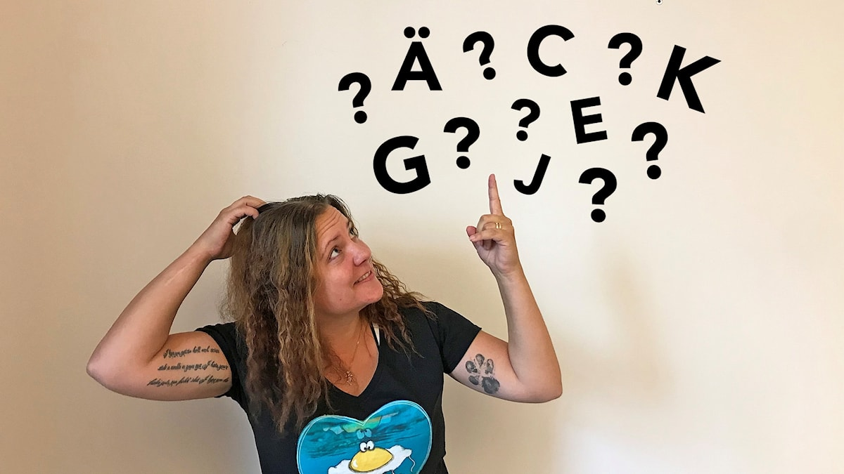 En tjej kliar sig i huvudet, över huvudet har hon frågetecken och bokstäver.