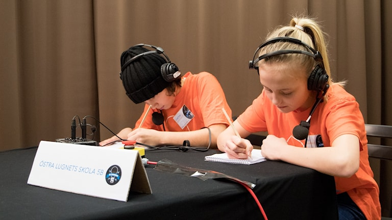 Chettin Bekir Yumer och Svea Johansson under den tredje kvartsfinalen av Vi i femman 2018. Östra Lugnets skola 5B.