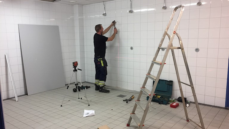 Duschbås monteras upp i ett duschrum