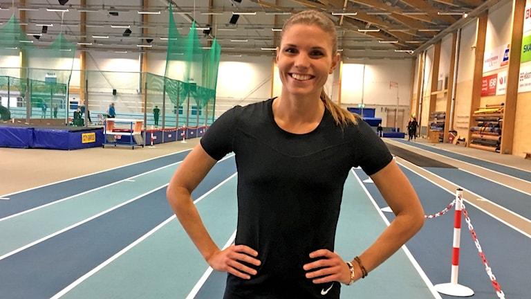 Lisa Linéll från Ljungby står i en idrottshall.