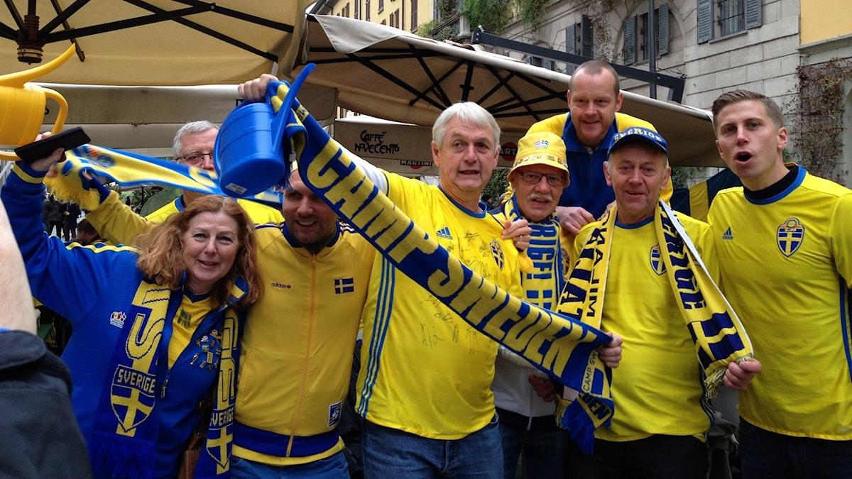 Supportrar från Lessebo är på plats i Milano, de har gula Sverige-tröjor på sig.