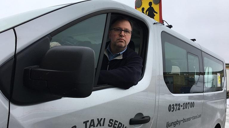 Fredrik Björnkvist, ägare Ljungby Buss och Taxiservice, sitter i en taxi.