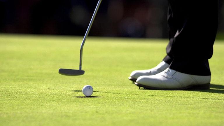 Golfboll, klubba och två ben på en golfbana. Foto: Mark Earthy/Scanpix