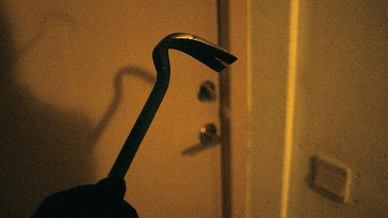 En kofot med en dörr i bakgrunden. Foto: Peter Tullborg/Sveriges Television