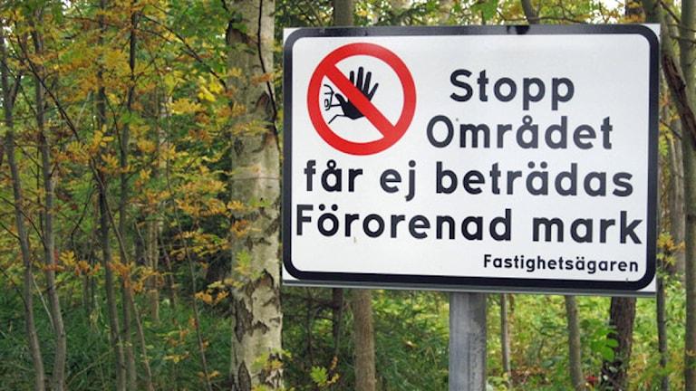 Skylt med texten Stopp Förorenad mark. Foto: Roger Bergvik/Sveriges Radio