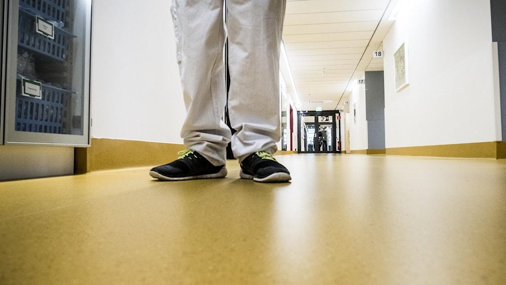 en man i en korridor