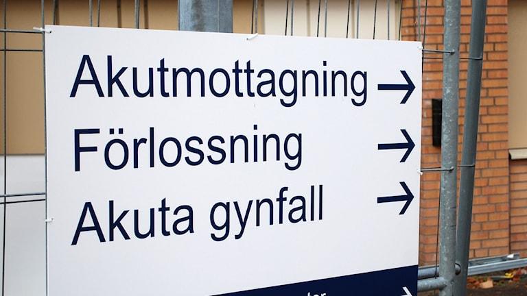 Skylt till akutmottagning. Foto: Karin Hellzén/Sveriges Radio.
