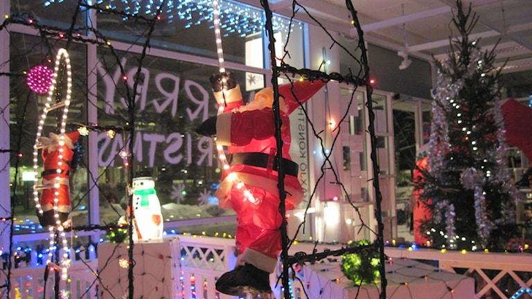 Julpynt från en balkong i Växjö häromåret som förbjöds och fick flytta in i värmen som en konstutställning. Foto: Karin Ernstsson/Sveriges Radio