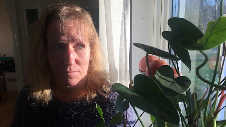 Åsa Citrohn oroas över sin ersättning. Hon är fönstret hemma och tittar ut. Solen lyser in från solen som lyser över Alstermo.
