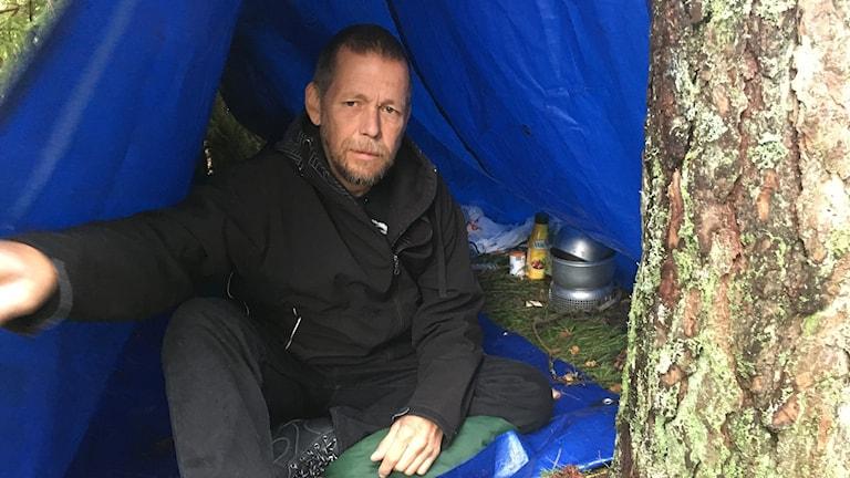 Jukka visar sin presenningen mitt ute i skogen