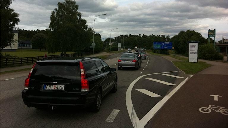 Lång kö med bilar till Fagrabäcksrondellen i Växjö. Foto: Tomas Lindberg/Sveriges Radio