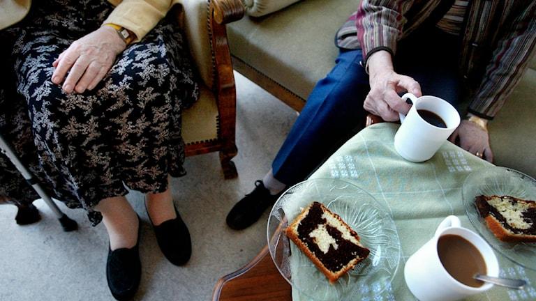 Två pensionärer på ett äldreboende sitter och fikar. Foto: Jessica Gow/Scanpix.