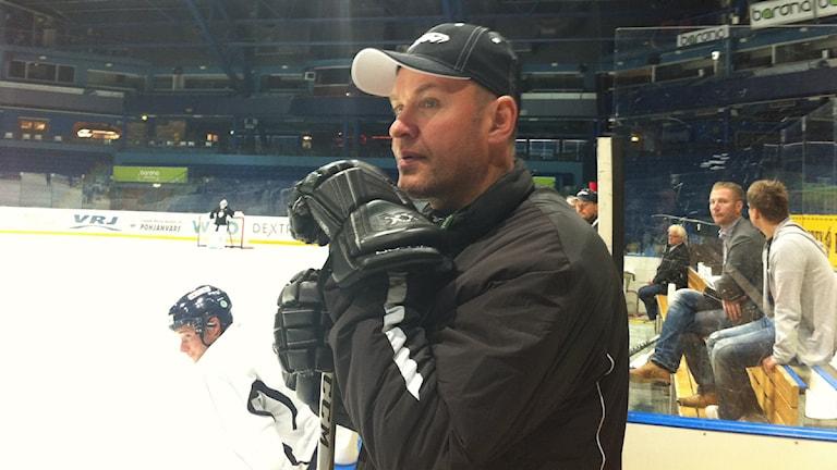 Växjö Lakers tränare Janne Karlsson. Foto: Marcus Sjöholm/Sveriges Radio.
