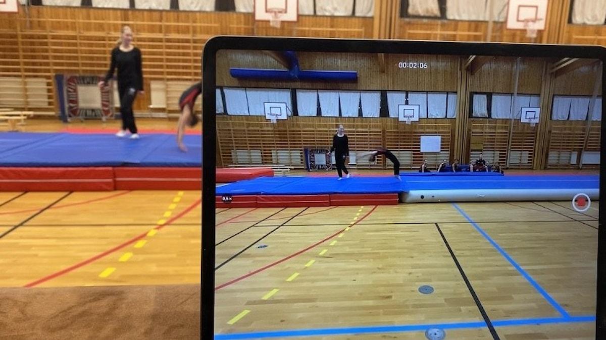 En handvolt syns på skärmen när Dackegymnasternas spelar in sin tävlingsserie