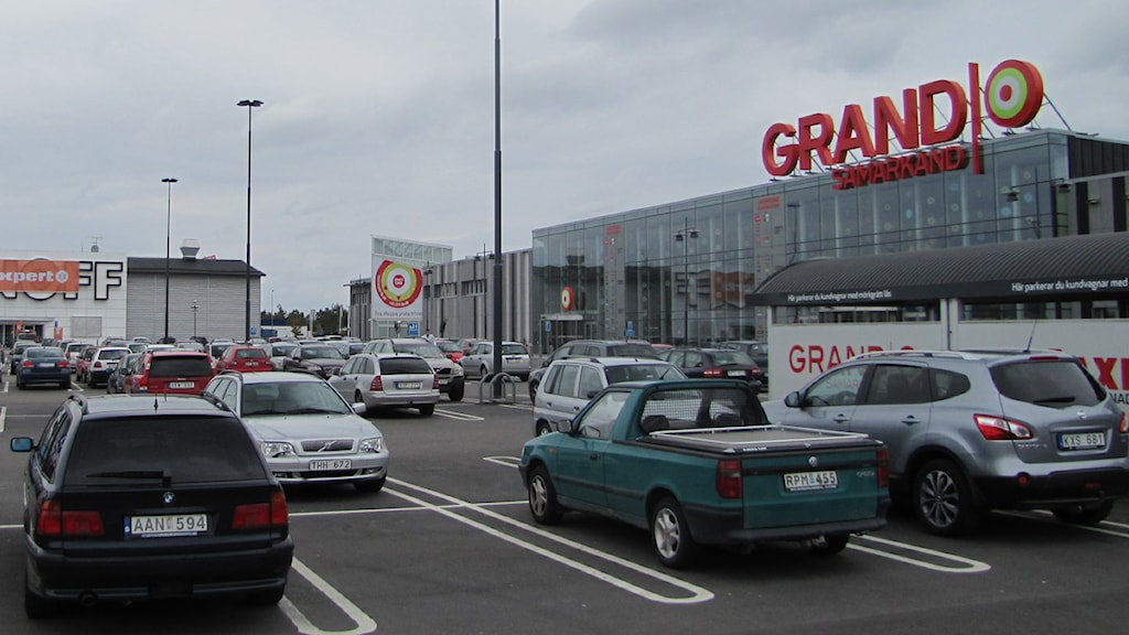 En parkeringsplats för affärernas kunder - inte idrottspubliken anser ansvariga på Grand Samarkand. Foto: Hasse Altbark/Sveriges Radio Kronoberg