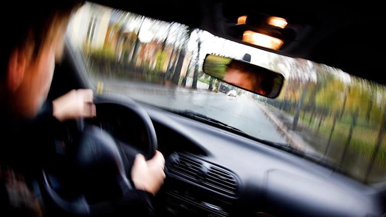 en man kör bil påverkad. genrebild.