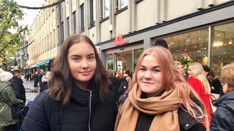 Klara Magnusson och Emma Franzén står utanför en ny klädbutik i Växjö.