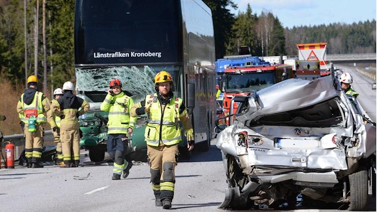Bild på länsbuss med kraschad framruta och en silvrig bil krockad bakifrån.