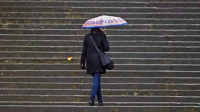 Kvinna med paraply.