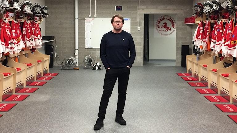 Trojatränaren Pelle Svensson ensam i ett omklädningsrum