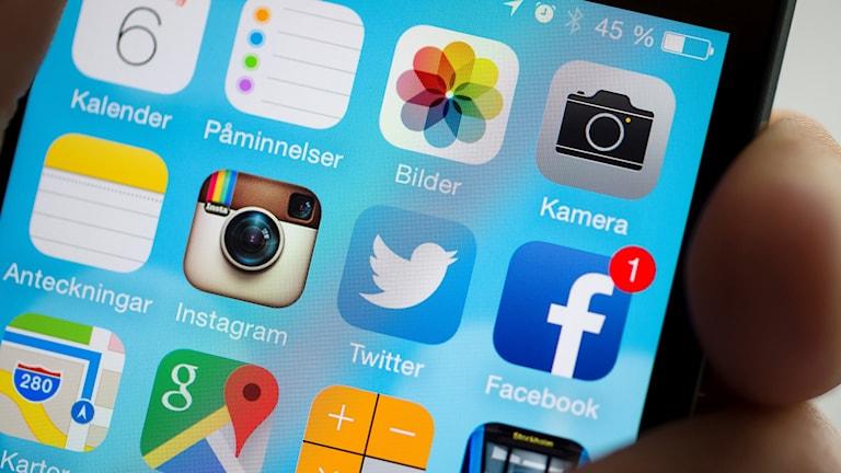 Olika appar i mobilen, instagram, twitter och facebook.