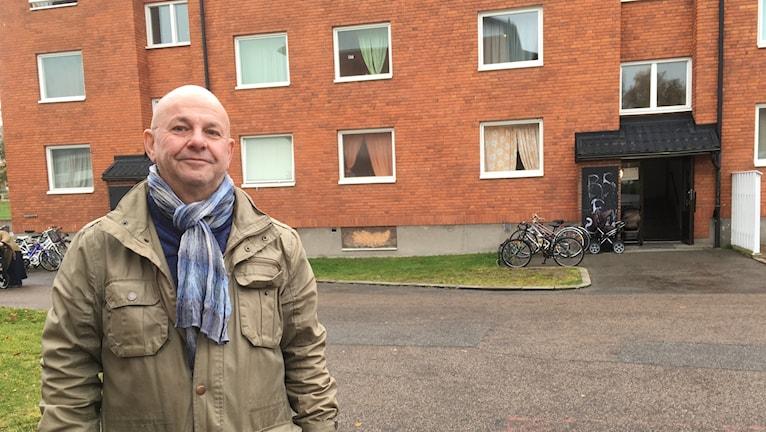 Håkan Bergström är vd på Lessebohus. Står framför lägenheter.