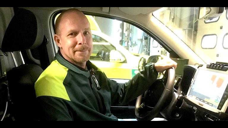 Richard Andersson, IT-ansvarig och ambulanssjuksköterska, sitter i ambulansen.