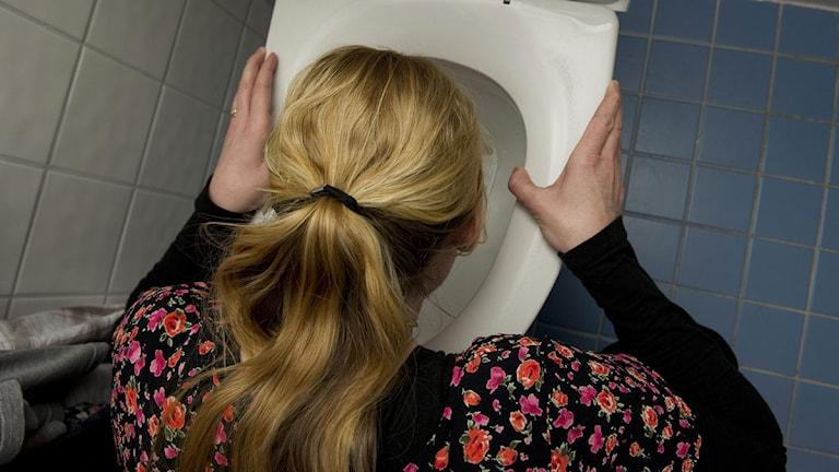 Tjej som kräks i toaletten. Foto: Johan Ekströmer/Scanpix