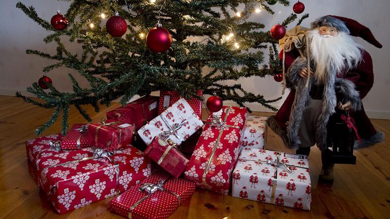 Julklappar under en julgran. Foto: Jonas Ekströmer/Scanpix