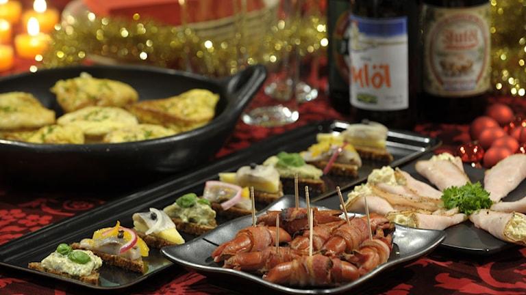Julbord med mat och dricka. Foto: Leif R Jansson/Scanpix