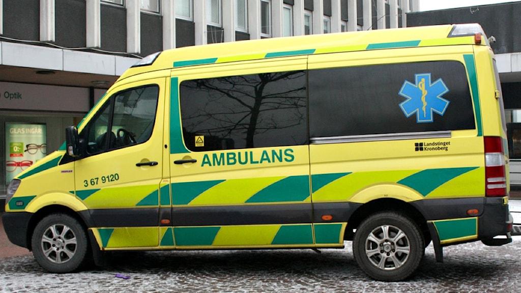 Ambulans fanns på plats vid järnvägsstationen i morse sedan en 20-årig man knivskurits där. Foto: Malin Ulfheger/ Sveriges Radio