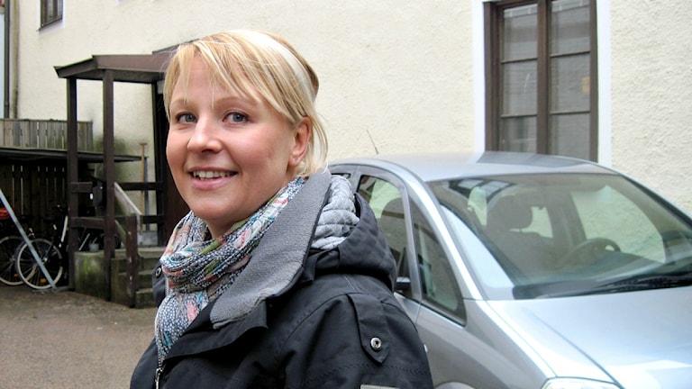 Anna Tenje ler och är nöjd med det kristerade bytesavtalet om reklamskyltar mot utemöbler. Foto: Karin Ernstsson/Sveriges Radio