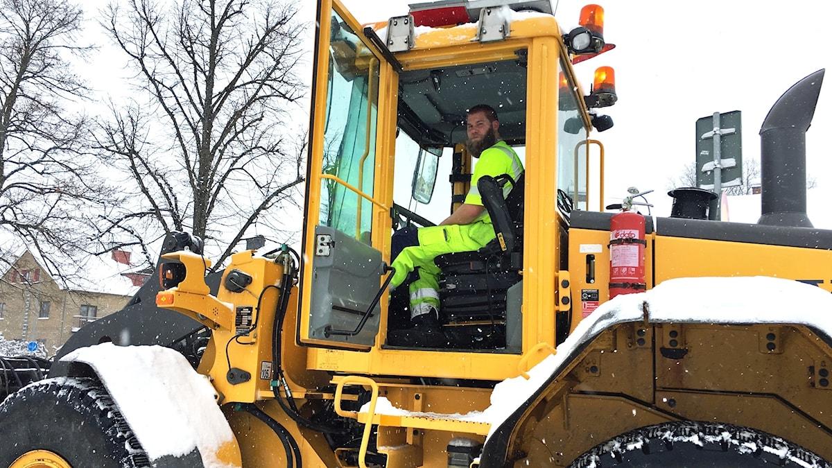 Martin Svensson sitter i en snöplog. Utanför är det fullt med snö.