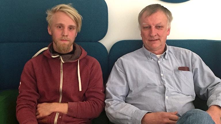 Erik Sääf och Börje Lennartsson i Drev Hornaryds sockenråd sitter i en soffa.
