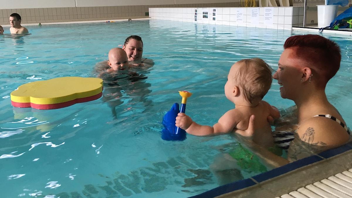 Två mammor med sina barn är i bassängen på babysimmet i Alvesta.