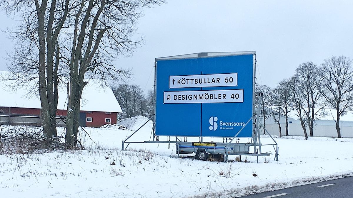 Svenssons reklamskylt står vid vägkanten
